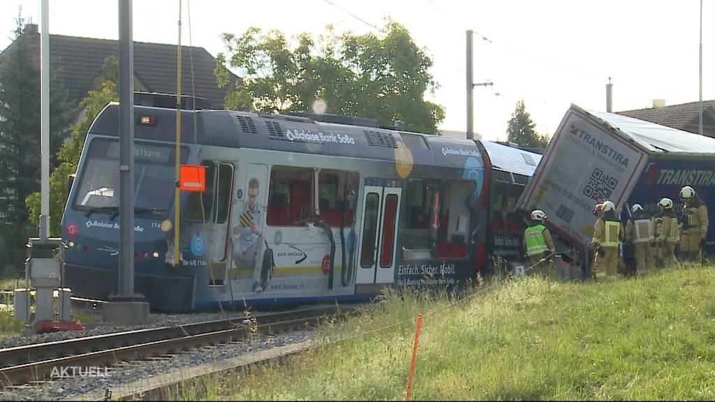 Zug-Insassen und Chauffeur hatten bei Zusammenprall von «Bipperlisi» und Sattelschlepper grosses Glück