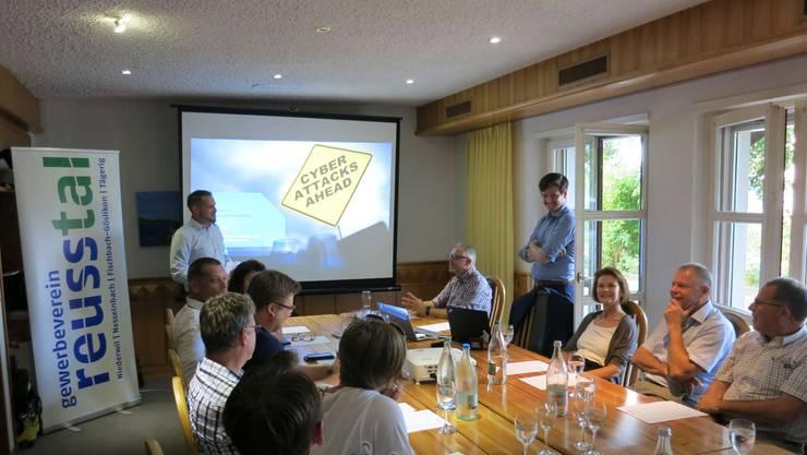 Mitglieder und Gäste lauschen gespannt den Vorträgen