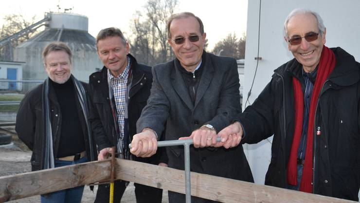 Per Handgriff: Die Gemeinderäte Fritz Schumacher aus Ottenbach (rechts) und Dieter Brodbeck aus Jonen eröffnen das Entwässerungswerk; links Bauleiter Max Frei, daneben Verbandspräsident Toni Burkart. sl