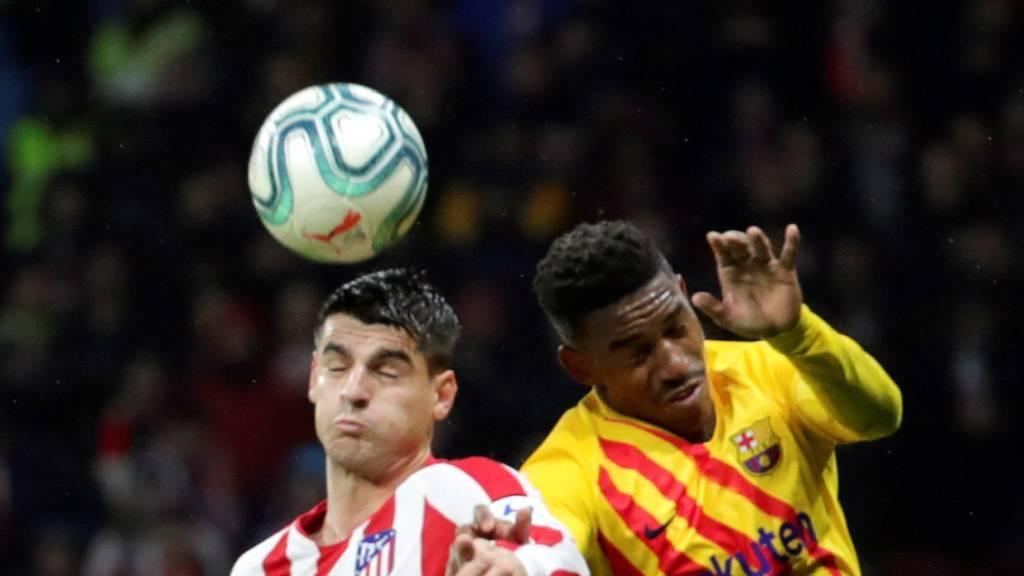 Duell mit geschlossenen Augen: Barcelonas Firpo Junior (rechts) gegen Atléticos Goalgetter Alvaro Morata