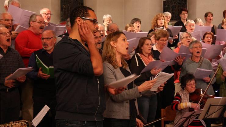 Die Solisten Tjago Saxer und Andrea Hofstetter (vorne ) proben mit Chor und Orchester. mch