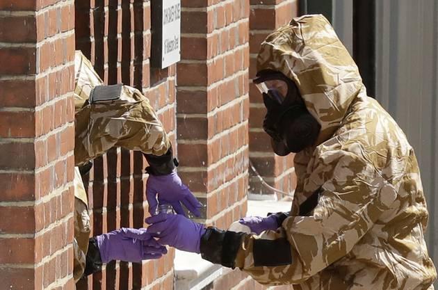 Ermittler in Spezialanzügen: In Salisbury geht die Angst um.