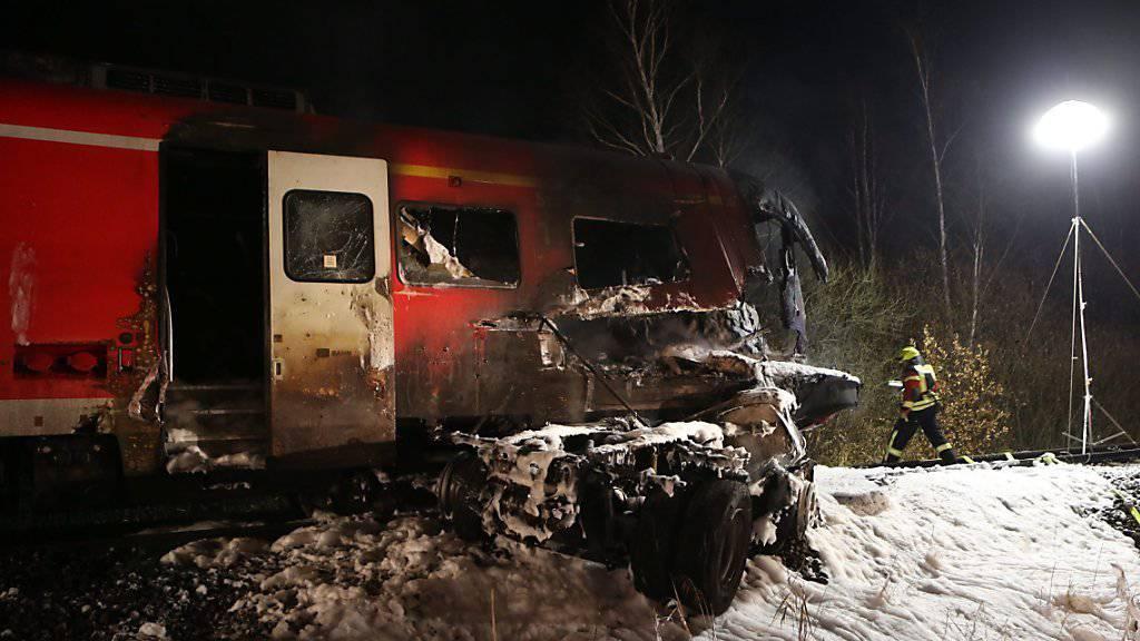 Zug rammt Lastwagen im deutschen Freihung - dann kam es zur Explosion