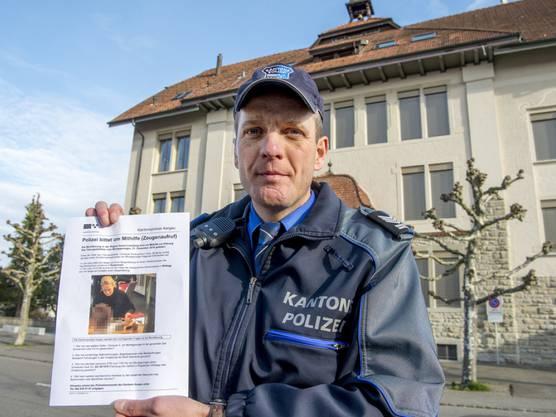 Mit Flugblättern sucht die Polizei bald in Rupperswil nach Personen, die Auskunft zur Bluttat mit den vier Personen machen können.
