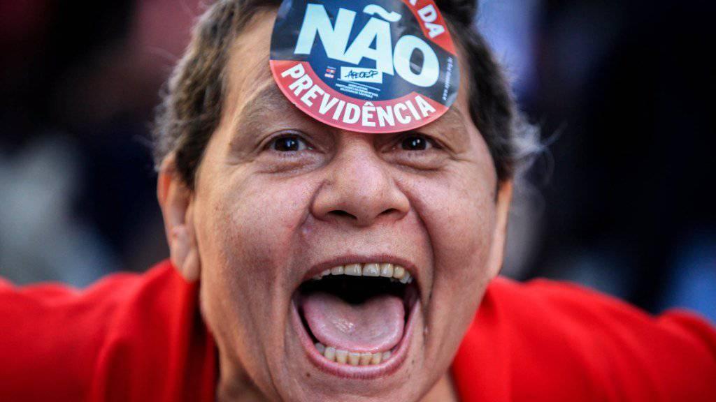 Diese Frau hält nichts von einer Erhöhung des Rentenalters in Brasilien: Zehntausende demonstrierten im Land gegen Sparpläne der Regierung.
