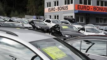 Ein Autohändler bietet Autos zum Verkauf an (Archivbild).