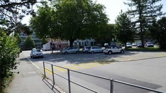 Der Dorfplatz in Langendorf wird von Autos besetzt.