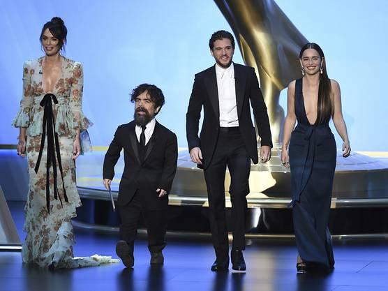 """Die Schauspieler Lena Headey, Peter Dinklage, Kit Harington und Emilia Clarke der US-Fantasyserie """"Game of Thrones"""" während der Emmy-Gala auf der Bühne in Los Angeles."""