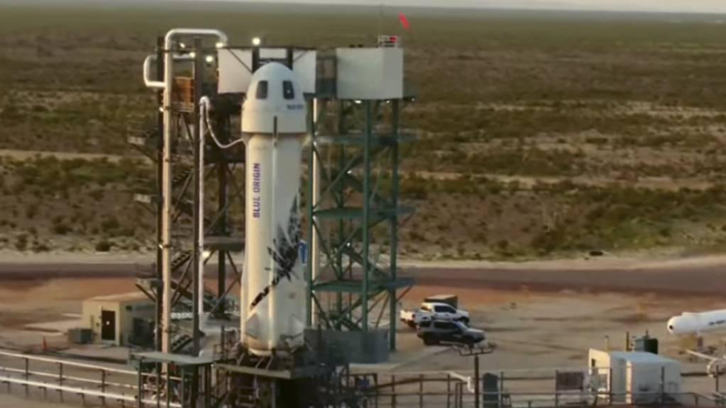 Die «New-Shepard»-Rakete von Blue Origin steht auf einer Startrampe. Amazon-Gründer Jeff Bezos ist zu einem Kurz-Ausflug ins Weltall gestartet. Der 57-Jährige hob am 20.07.2021 an Bord des Raumschiffes «New Shepard» seiner Firma Blue Origin vom US-Bundesstaat Texas aus ab. Foto: Uncredited/Blue Origin/AP/dpa - ACHTUNG: Nur zur redaktionellen Verwendung im Zusammenhang mit der aktuellen Berichterstattung innerhalb der nächsten 14 Tage und nur mit vollständiger Nennung des vorstehenden Credits