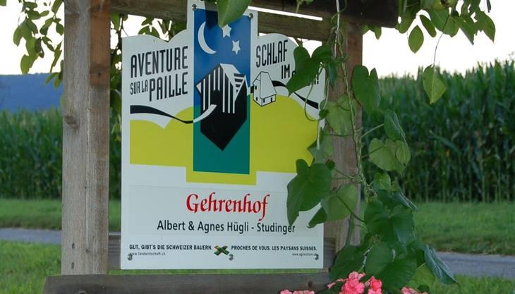 Der Gehrenhof liegt inmitten Wiesen und Feldern in Brislach. Dort bietet die Familie Hügli-Studinger Ferien auf dem Bauernhof mit Schlafen im Stroh an. «Der Schlafraum bietet für maximal 30 Personen Platz, bei grösseren Gruppen ist es möglich Zelte direkt neben dem Hof aufzubauen», erzählt Agnes Hügli-Studinger, die Mutter der Familie. Schulklassen sind auf dem Gehrenhof besonders willkommen, denn die Familie unterstützt das von Basel und der Region getragene Projekt «Bim Buur in d Schuel». Die Schüler erhalten dadurch die Gelegenheit, die Arbeit der Landwirtschaft näher kennenzulernen und zu erfahren, woher die Lebensmittel stammen. Eine Familie zahlt für die Übernachtung im Stroh pro Kinder bis 16 Jahre 18 Franken und für einen Erwachsenen 26.50 Franken. Ein «Buurezmorge» mit Produkten vom Hof ist inbegriffen. Seit rund zehn Jahren bietet die Familie dieses Ferienangebot. Diverse Ausflüge lassen sich vom Hof unternehmen, wie etwa den Karstlehrpfad entlang zu wandern, den Kletterhang Pelzli in Grellingen oder die Kletterhalle in Laufen zu besuchen. «Durch unser Angebot leisten wir Öffentlichkeitsarbeit. Viele Menschen wissen gar nicht, wie es auf einem Bauernhof zu und her geht. Ihnen Wissen über Nahrungsmittel weiterzugeben und dadurch neue Menschen kennenzulernen, finde ich sehr schön», sagt Hügli-Studinger. www.gehrenhof-brislach.ch
