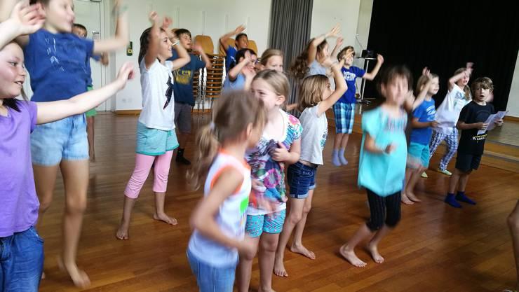«Zwänzg mal zwänzg. Theater im Quadrat»: Die Kinderschar singt das Begrüssungslied schon fast auswendig mit.