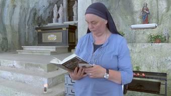 Die Schwester Benedikta lebt als Einsiedlerin in der Verenaschlucht im Kanton Solothurn. Jetzt veröffentlicht die Eremitin ihre Biografie. Sie erzählt von Schicksalschlägen, Jugendsünden und von ihrem Weg zu Gott und in die Einsiedelei.