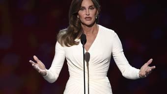 Caitlyn Jenner - hier letzten Monat bei der Entgegennahme des Arthur Ashe Preises für Mut - soll an einem tödlichen Raserunfall beteiligt gewesen sein (Archiv)