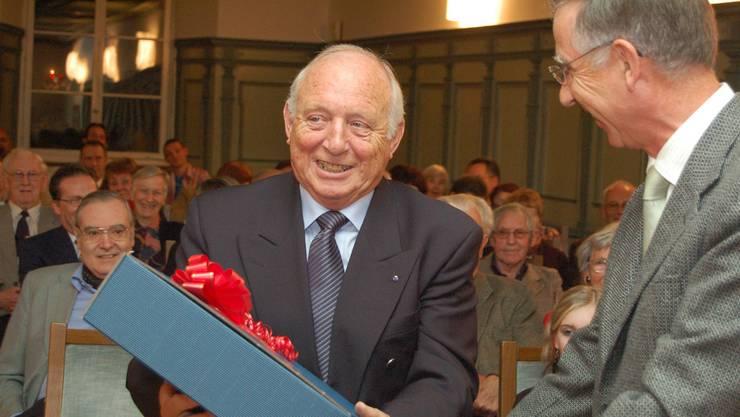 Die Kulturstiftung St. Martin ehrte 2006 den Verleger und Redaktor Karl Kron für sein vielseitiges Engagement im Klosterdorf. ES/Archiv