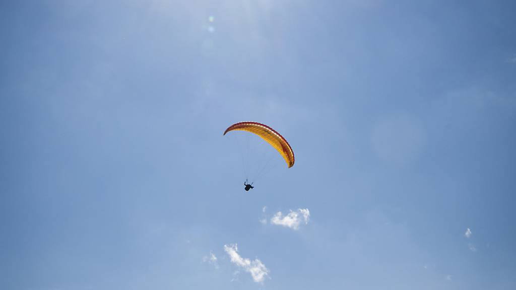 Gleitschirm-Flugschüler stürzt aus rund 15 Metern Höhe ab