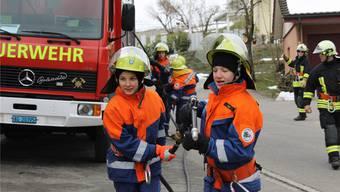 Zwei Nachwuchs-Feuerwehrmänner an einer Übung.