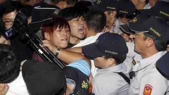 Demonstranten und Polizisten hautnah.