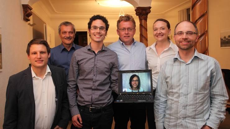 Grünliberale Nationalratskandidaten (von links): Yves Flückiger (29, Solothurn), René Kühne (56, Günsberg), Markus Knellwolf (26, Obergerlafingen), Markus Flury (51, Hägendorf), Silvia Huber (44, Olten), Matthias Schenker (34, Solothurn); auf dem Bildschirm, per Skype aus Lugano zugeschaltet: Corinne Häberling (25, Kestenholz). HR. Aeschbacher