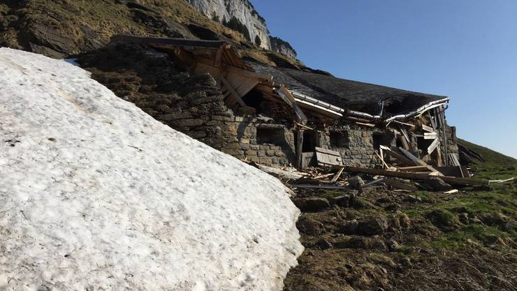 Ein Gebäude bei der Alp Weesen wurde vom Schnee zerstört.