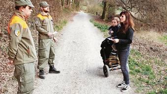 Zwei Zivilschützer am Osterwochenende im Gespräch mit einer Egelsee-Besucherin.