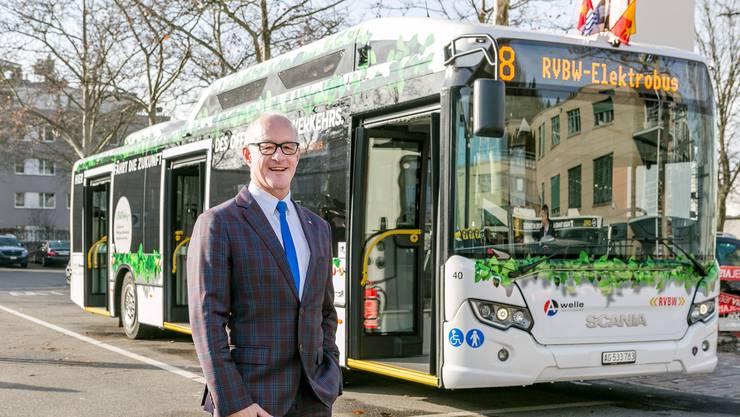 RVBW-Chef Stefan Kalt vor dem ersten rein elektrisch betriebenen Bus im Aargau.