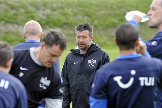 Danach trainierte er die Junioren der Zürcher, bis er nach der Entlassung von Challandes erst als Interimstrainer und dann als fester Trainer die erste Mannschaft übernehmen durfte.