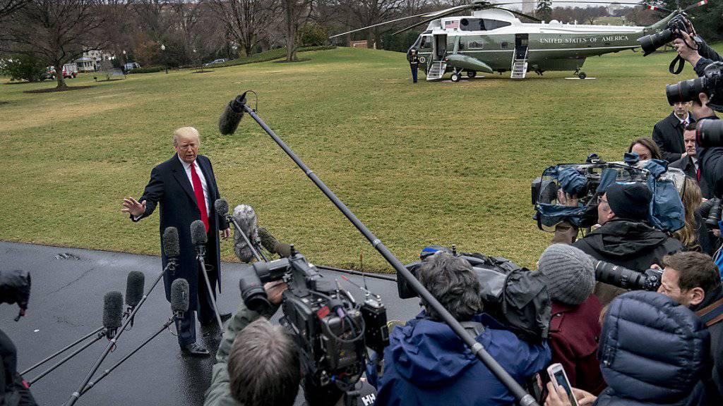 US-Präsident Trump wird vor seinem Flug zur CPAC-Jahreskonferenz von Journalisten belagert.