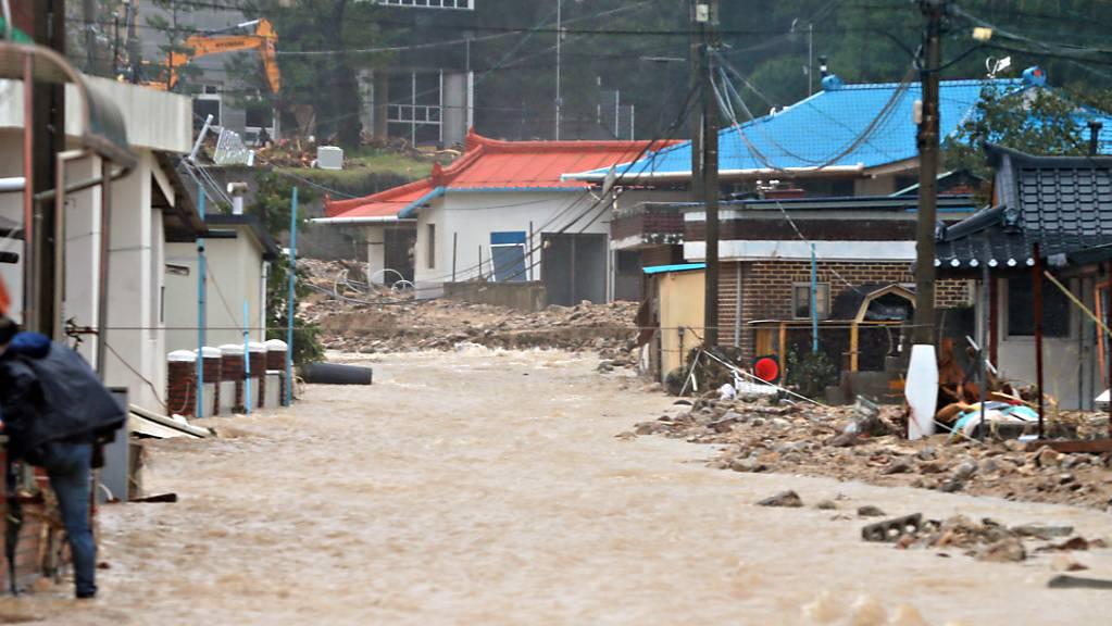 Überflutete Strassen, zusammengestürzte Gebäude: Der Taifun Mitag forderte in Südkorea mehrere Opfer. Im Bild der Ort Samcheok.
