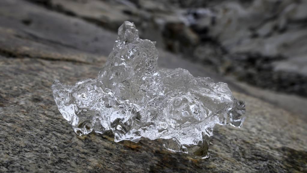 Kleines Eisstückchen neben dem Aletsch-Gletscher. Der Gletscher verliert jährlich an seinem Fuss mindestens fünf Meter Länge. Auch die anderen Schweizer Gletscher sind übler dran als andere im Alpenraum. Gemessen wird der Schwund per Satelliten. (Archivbild)