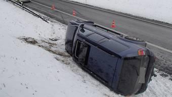 Auf der A1 bei Niederlez geriet ein Auto ins Schleudern und landete auf der Seite.