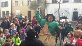 Ein alter Fasnachtsbrauch: Der Ättirüedi und die Kinder ziehen durch Bad Zurzach.