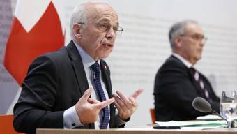 Eine Pressekonferenz für die Geschichtsbücher: die Bundesräte Ueli Maurer, Guy Parmelin und Alain Berset (nicht im Bild).