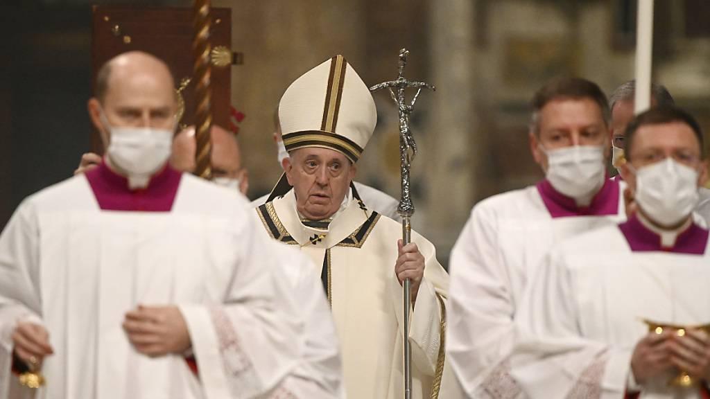 dpatopbilder - Papst Franziskus (M) kommt in die Basilika Sankt Peter, um die Christmette zu feiern. Foto: Vincenzo Pinto/AFP POOL/AP/dpa