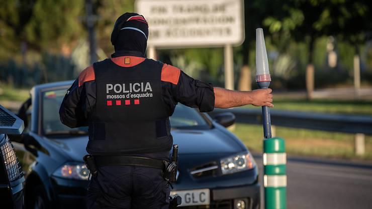 ARCHIV - Ein Polizist kontrolliert in Lleida, der Hauptstadt der Region Segria, den Zugang zur Autobahn A2 in Richtung Barcelona. Foto: David Zorrakino/EUROPA PRESS/dpa