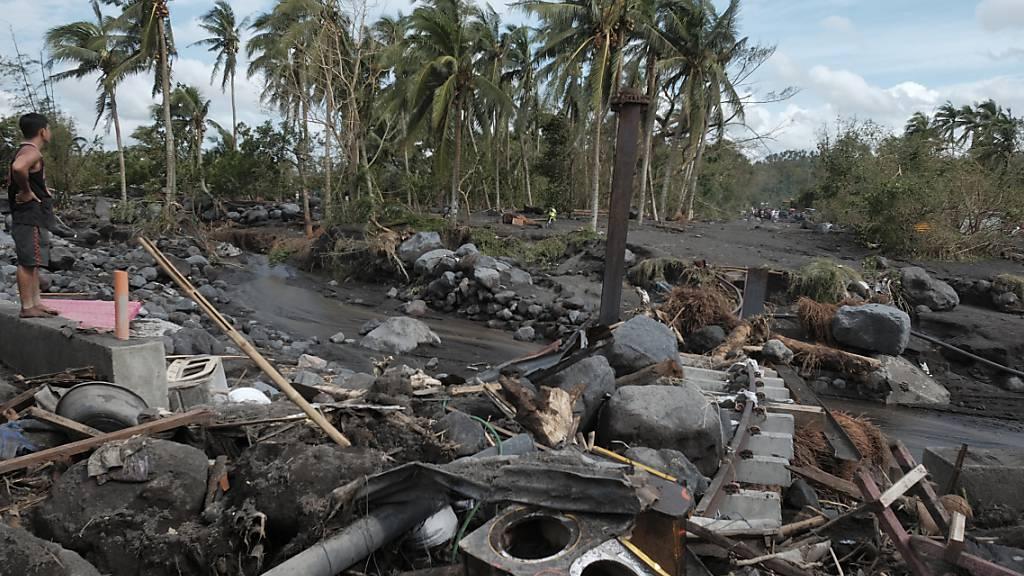 Ein Mann betrachtet die Schäden, die Taifun «Goni» am Vulkan Mayon angerichtet hat. Foto: John Michael Magdasoc/AP/dpa