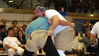 Am Niklausschwinget in der Dietiker Stadthalle konnte sich Jodok Huber aus Bergdietikon (in Weiss) nicht gegen den Favoriten Bruno Gisler durchsetzen. Foto: MBM