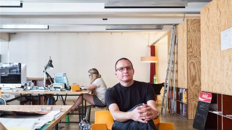 Roger Aeschbach im Coworking-Space Rhizom. Das grosszügige Gemeinschaftsbüro im Industrial-Style ist bereits der fünfte Coworking-Anbieter in Basel.