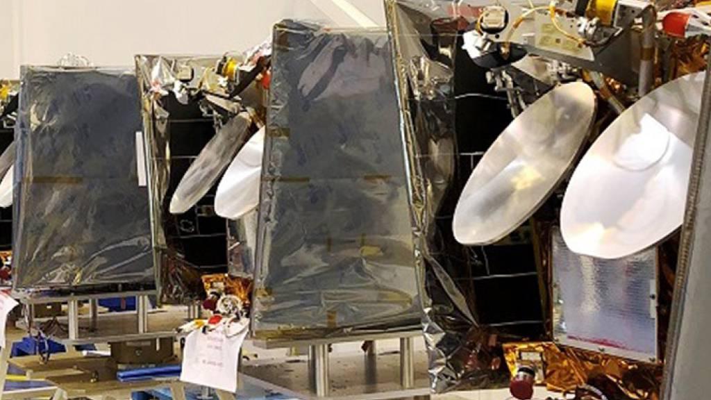 ARCHIV - Mehrere OneWeb-Satelliten stehen hier 2019 vor der Verladung zum Flug ins All nebeneinander. Jetzt sollten weitere 34 Satelliten die Reise ins All antreten. Foto: Airbus One Web/dpa - ACHTUNG: Nur zur redaktionellen Verwendung und nur mit vollständiger Nennung des vorstehenden Credits