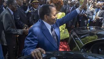 Zu selten zu Hause, findet die Opposition Kameruns: Sicherheitskräfte von Präsident Paul Biya haben vor einem Hotel in Genf, in dem Biya logiert, mutmasslich einen Schweizer Journalisten angegriffen. Das EDA hat daraufhin den Botschafter Kameruns nach Bern zitiert. (Archivild)