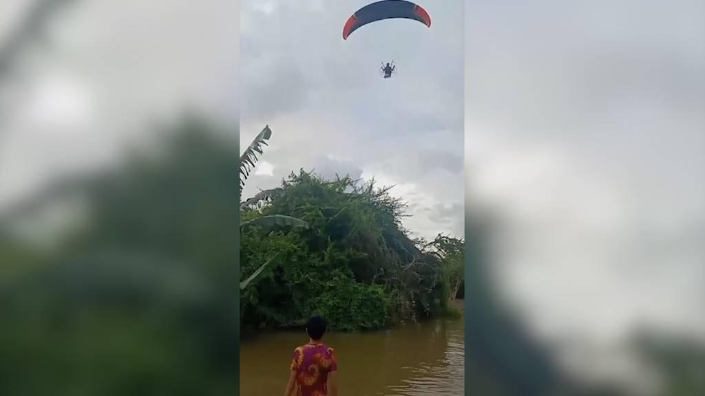 Gleitschirmteam wirft Hilfsgüter in überschwemmte Dörfer ab