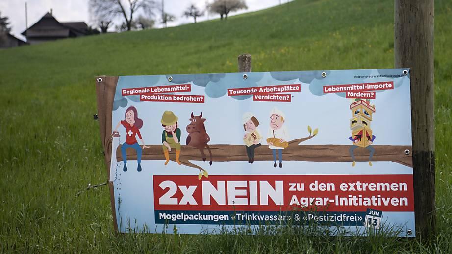 Wenig Freude über die Trinkwasser- und Pestizidinitiative haben die Bauern: Abstimmungspropaganda auf einem Feld in Uebeschi BE.