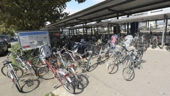 Am Bahnhof Pratteln ist die Situation mit geparkten Velos unbefriedigend.