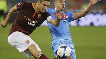 Gökhan Inler (rechts) im Duell mit der Roma-Legende Francesco Totti (Archivbild).