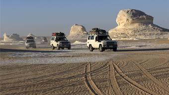 Wie dieser Konvoi waren die mexikanischen Touristen mit Geländewagen in der Wüste nahe Bahariya unterwegs.Reuters