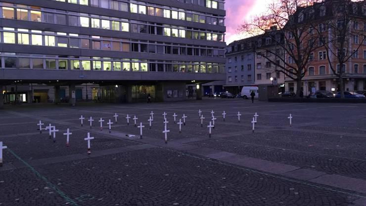 Am frühen Mittwochmorgen waren auf Plätzen in verschiedenen Schweizer Städten Grabkreuze aufgestellt. Damit wollte die JUSO auf den Zusammenhang zwischen Spekulation und Hunger aufmerksam machen.