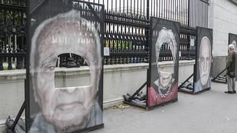 """In Wien sind zum dritten Mal innert weniger Tage Porträtfotos von Überlebenden der NS-Verfolgung zerschnitten worden. Die Bilder werden im Rahmen der Ausstellung """"Gegen das Vergessen"""" entlang der Ringstrasse vor dem Heldenplatz gezeigt."""