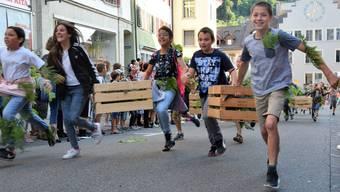 Die Schülerinnen und Schüler setzen zum Sturmlauf durch die Brugger Altstadt an.