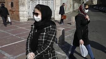 In zahlreichen iranischen Provinzen sind die Freitagsgebete wegen des Coronavirus abgesagt worden. Schulen, Universitäten, Kinos und Konzertsäle sind geschlossen und viele Iraner tragen in der Öffentlichkeit Masken und Handschuhe.