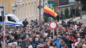 Vor dem Stadion des Chemnitzer FC warten zahlreiche Menschen auf Einlass zum Sachsengespräch mit Ministerpräsident Kretschmer.