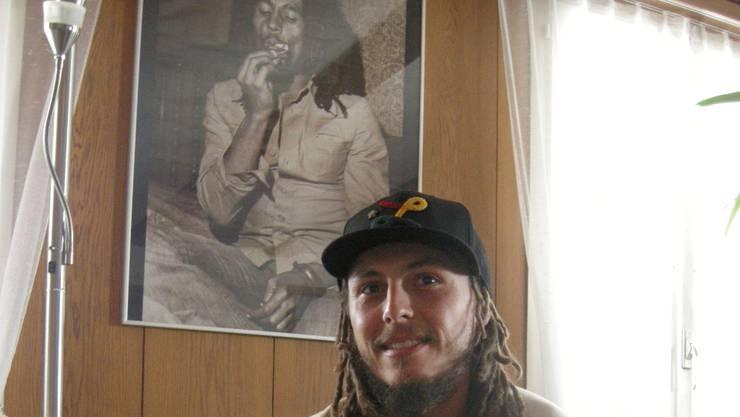 Bob Marley, abgebildet auf dem Poster, ist ein Vorbild von Stefano Raschi.  uby
